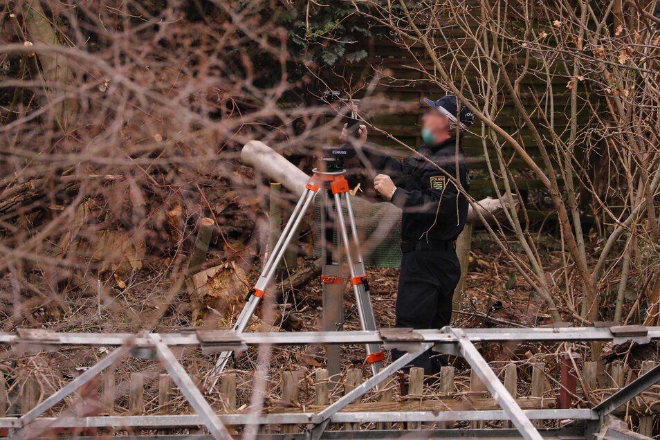 In Dresden-Pieschen wurden Knochen und Gewebereste gefunden, die von einem Menschen stammen. Am Donnerstag vermisst die Polizei das Grundstück mit einem 3-D-Scanner.