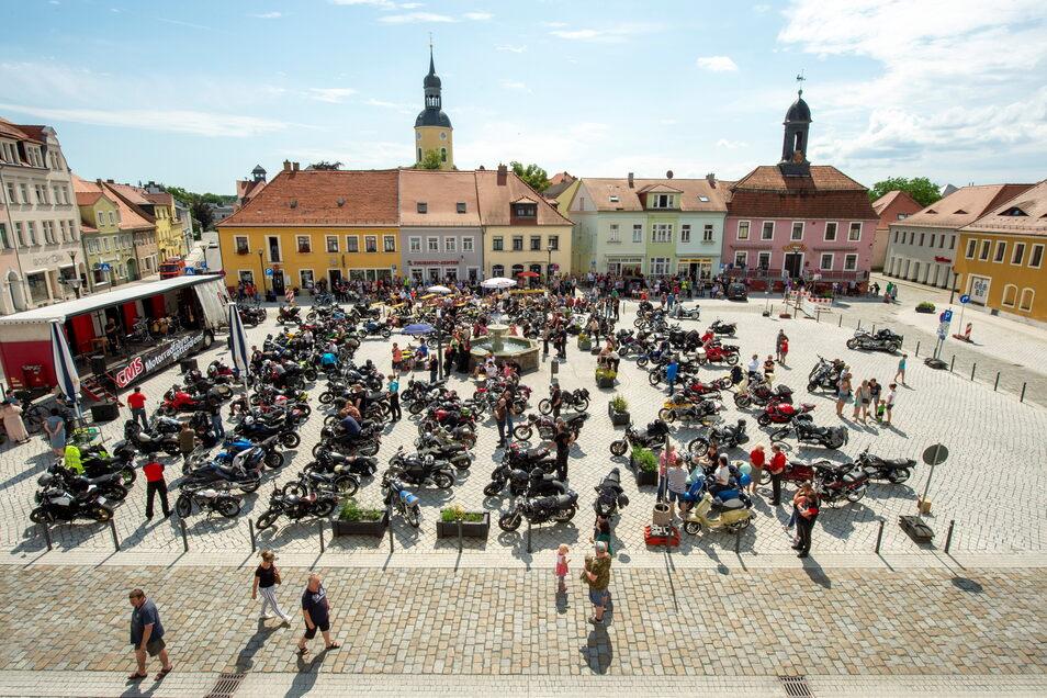 Der Radeburger Marktplatz rund um den Brunnen war am Sonntagvormittag voller Motorradfahrer, auch nicht wenige Frauen beteiligten sich am Gottesdienst.