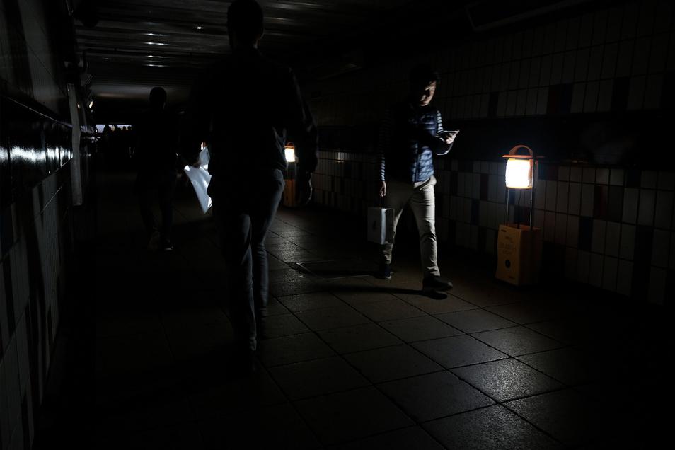 Passagiere gehen in London am 9. August 2019 bei Stromausfall durch den notbeleuchteten Bahnhof Clapham Junction.