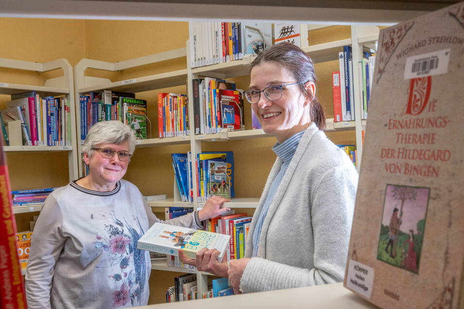 Karin Proschwitz (l.) leitet noch bis Ende März die Bibliotheken in Riesa. Susan Bazylak (r.) übernimmt danach die Teamleitung für den Bibliotheksbereich.