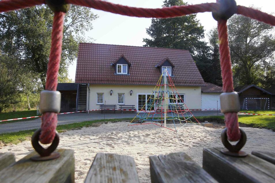 Die neue Kletterspinne ergänzt den Spielplatz in Naußlitz, einem Ortsteil von Ralbitz-Rosenthal.