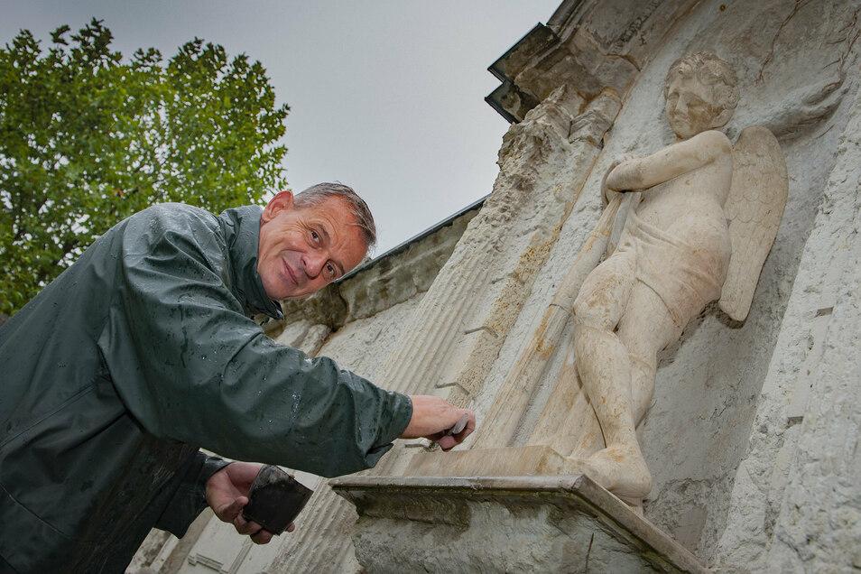 André Oestreicher von der Firma Witschel verfugt den Sockel der restaurierten Engelsfigur auf dem Friedhof. Dank zahlreicher Spenden konnte die Figur restauriert werden.