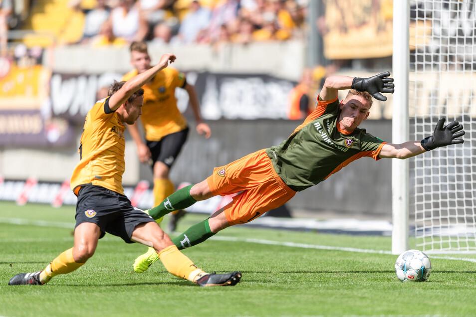 Dynamos Torwart Kevin Broll (r) und Chris Löwe können das Tor zum 0:2 nicht verhindern.