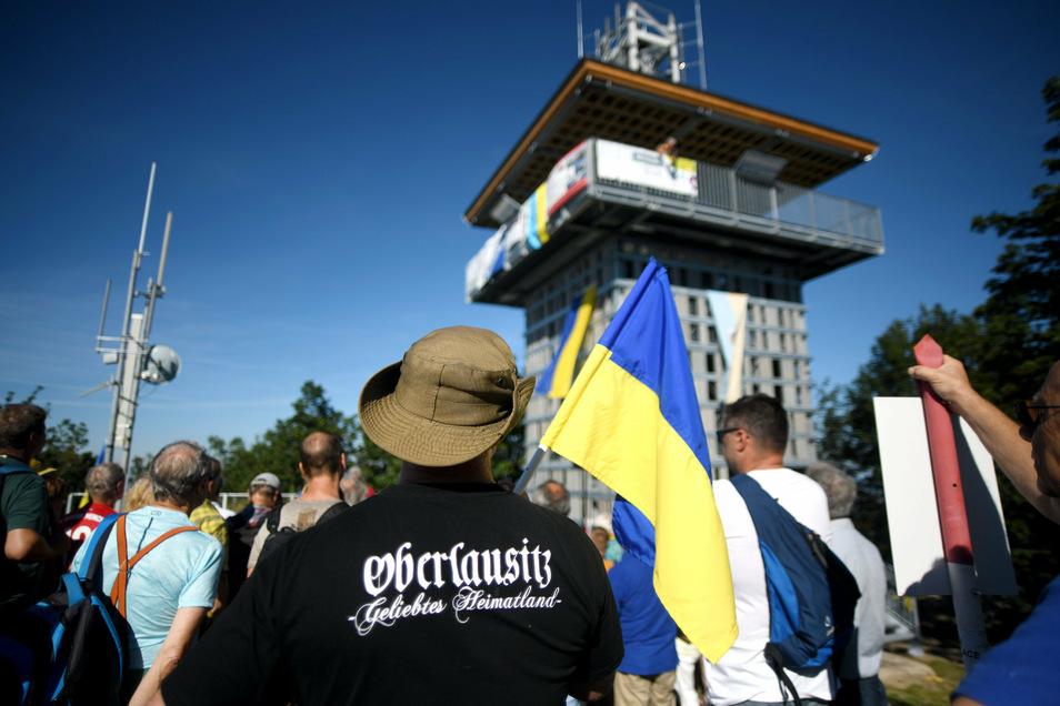 Am Tag der Oberlausitz wehten bei der Turmeinweihung die Oberlausitzfahnen.
