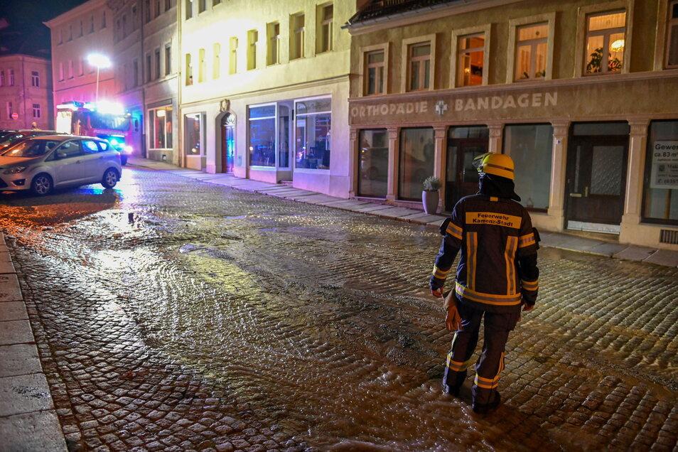 Am Mittwochabend gegen 22 Uhr gab es in Kamenz auf der Bautzner Straße einen Rohrbruch. Große Mengen Wasser traten aus. Kurz nach der Reparatur am Donnerstag platzte erneut eine Leitung.