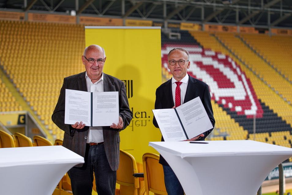 Axel Eichholtz von der Stadion-Gesellschaft und Bürgermeister Peter Lames haben die neuen Verträge unterschrieben.