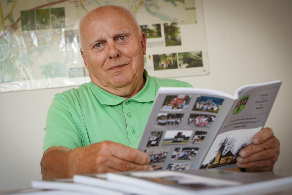 Bernd Gerstenberg von den Natur- und Heimatfreunden Burkau hat die Ortschronik weiter geschrieben.