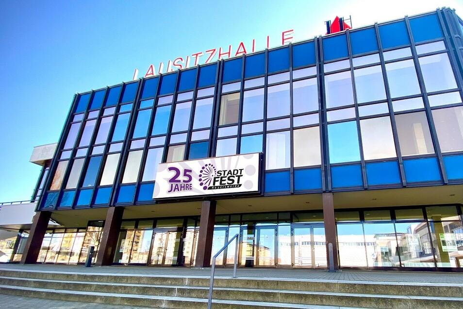 Hat als Haus der Berg- und Energiearbeiter (HBE) eröffnet und sich nach der Wende als Lausitzhalle als Veranstaltungsort einen Namen gemacht.