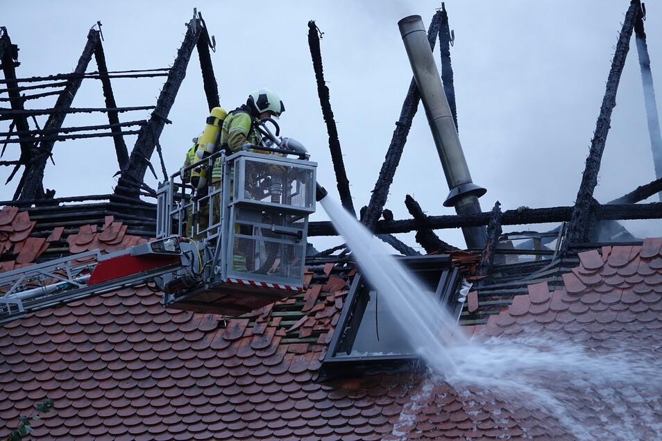 Von zwei Drehleitern aus und innen in dem Haus gingen die Brandschützer gegen die Flammen vor.