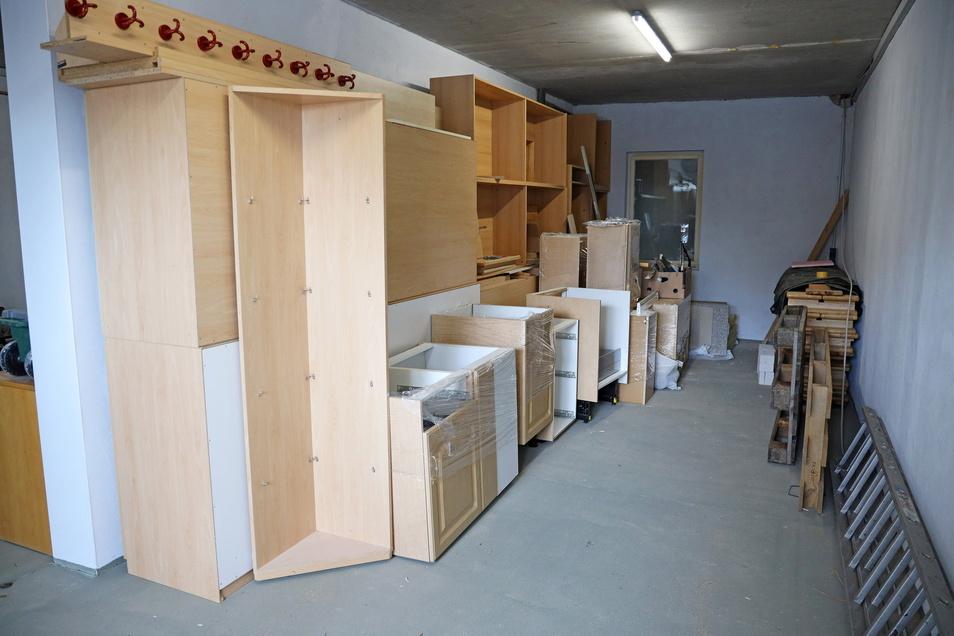 Möbel, die zur Ausstattung des neuen Vereinsheims gehören, hat die Schalmeienzunft schon besorgt und eingelagert.