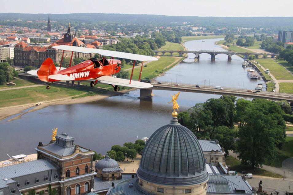 Auch wenn er nicht auf den Dresdner Elbwiesen landen darf: Der rote Doppeldecker der Großenhainer Flugschule BORN-2-FLY GmbH wird am kommenden Montag die Szenerie der Dresdner Filmnächte beherrschen.