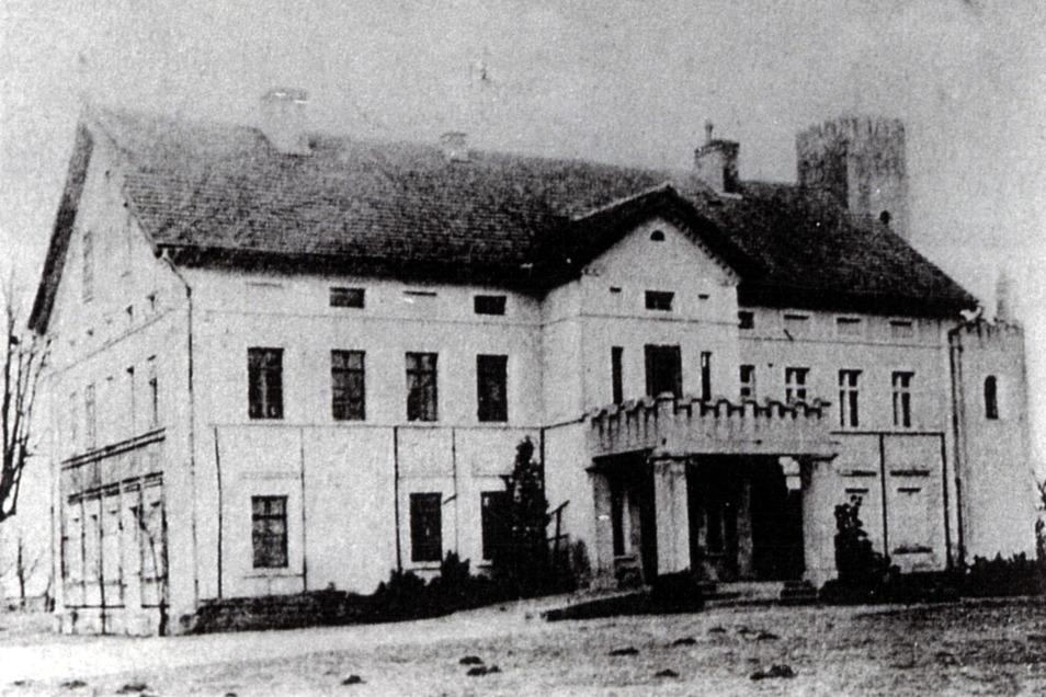 Das Rittergut Nieder Kosel bei Niesky in einer Aufnahme von 1915. Zu dieser Zeit war das Dach noch nicht ausgebaut und am Haus befand sich ein kleiner Turm.