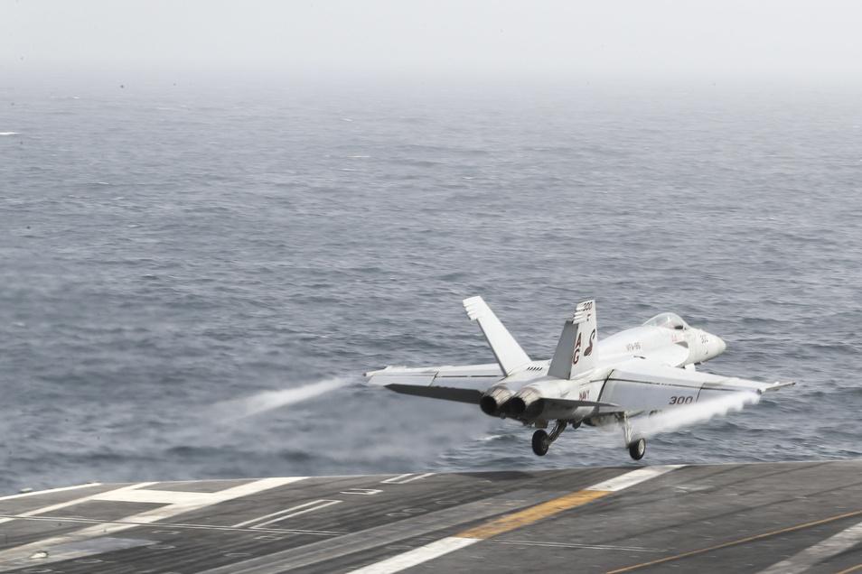 Ein F/A-18E Super Hornet Kampflugzeug startet vom Deck des Flugzeugträgers  Abraham Lincoln.