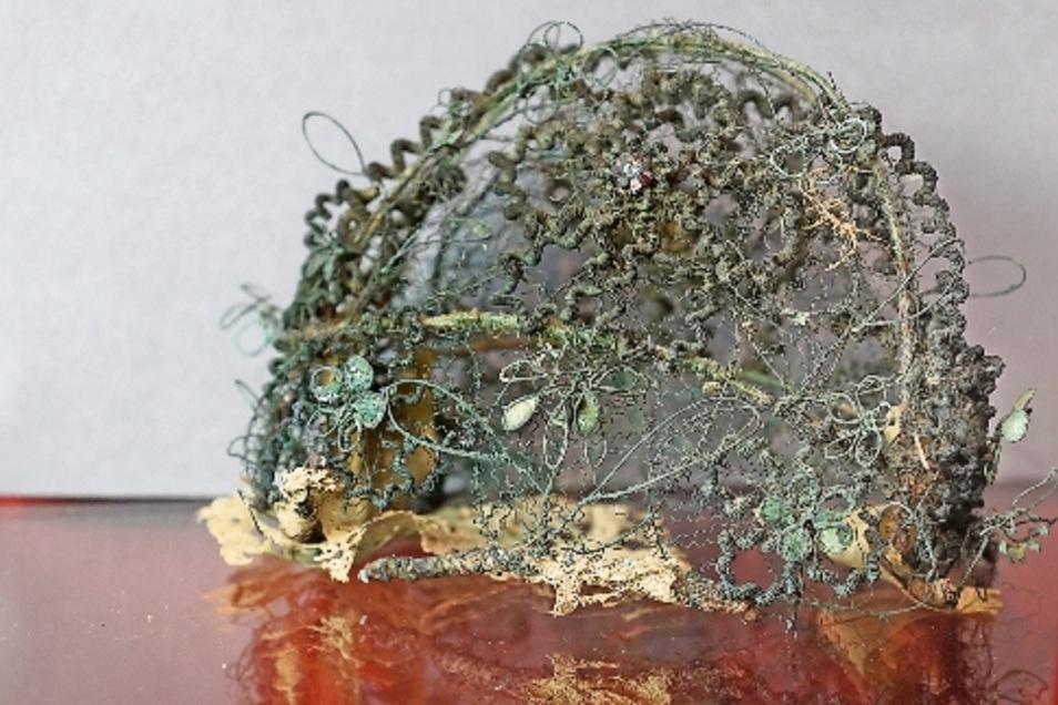 Diese Totenkrone aus dem Barock – 16. bis Mitte 18. Jahrhundert – ist im Stadtmuseum Riesa zu sehen. Eine Ähnliche wurde nun auch bei Ausgrabungen am Rathausplatz gefunden.