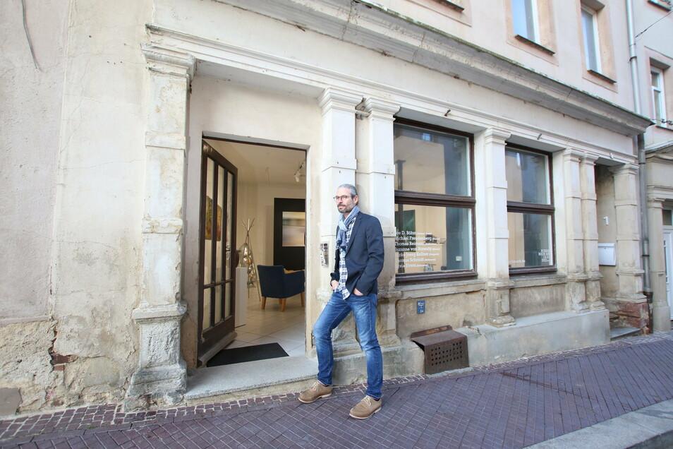 """Kunsthaus - so haben Mirko Joerg Kellner und seine Tochter, der die Immobilie gehört, das Gebäude Muldenstraße 1 in Leisnig genannt. Nach der """"Artlaunch"""" im Erdgeschoss soll oben einmal das Heinz-Detlef-Moosdorf-Museum einziehen."""