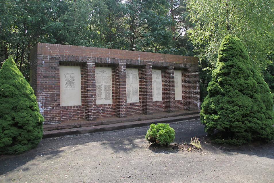 Auf dem Laubuscher Friedhof wurde im Jahr 1950 ein neues Denkmal errichtet. Hier wurden die Gefallenen beider Weltkriege vermerkt.