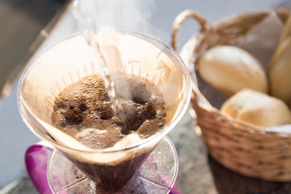 Nach dem Quellen wird der Slow Coffee mit heißem Wasser und kontinuierlich kreisenden Bewegungen aufgebrüht.