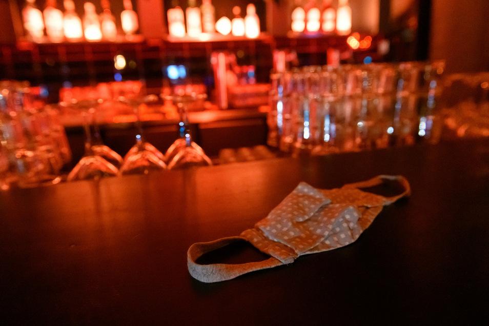 Ausschankschluss um 23 Uhr oder 22 Uhr auch im Landkreis Meißen? Da der Inzidenzwert von 35 wieder überschritten wurde, wird der Landkreis eine Sperrstunde beschließen müssen. Zudem gilt dann ein Alkoholverbot.