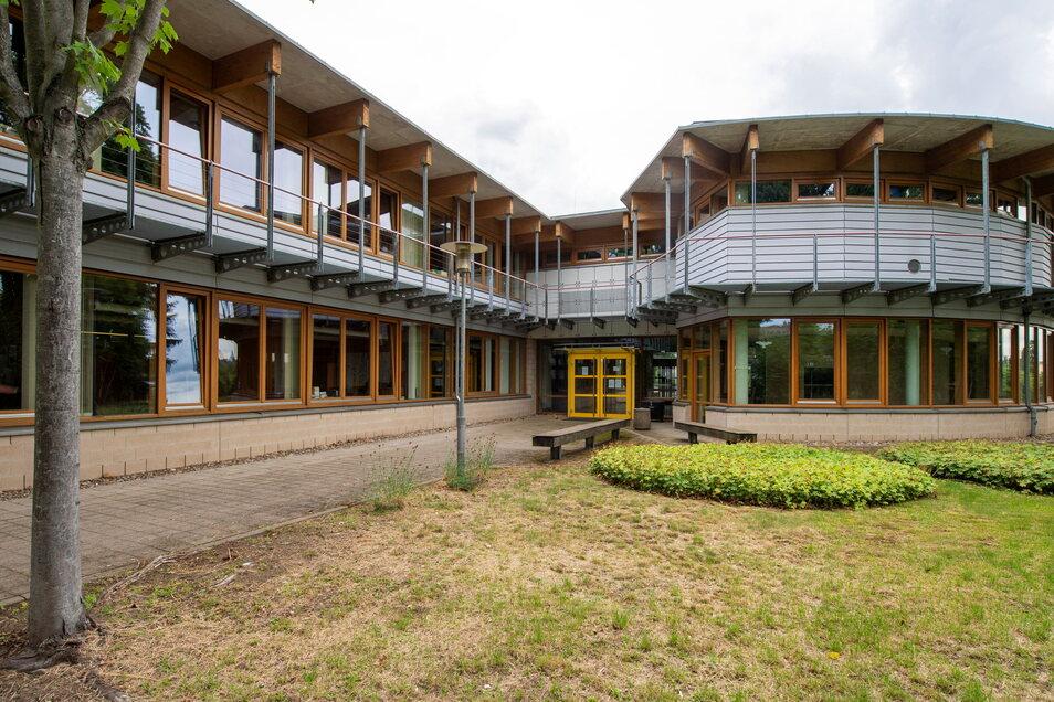 Das Berufliche Schulzentrum in Radebeul hat den größten Dachschaden. Hier muss fast eine Million Euro aufgewendet werden.