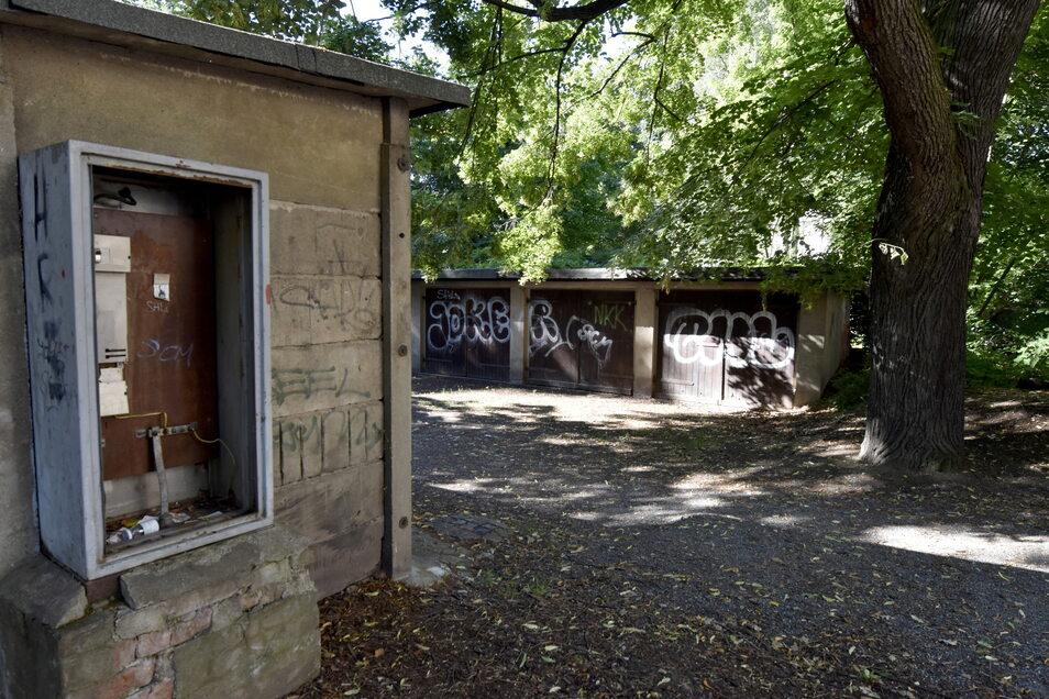 Dieses Grundstück an der Pohlandstraße könnte Teil des Hermann-Seidel-Park werden, so die Idee. Die Stadt soll das nun prüfen. Die zehn Garagen sind derzeit ungenutzt.