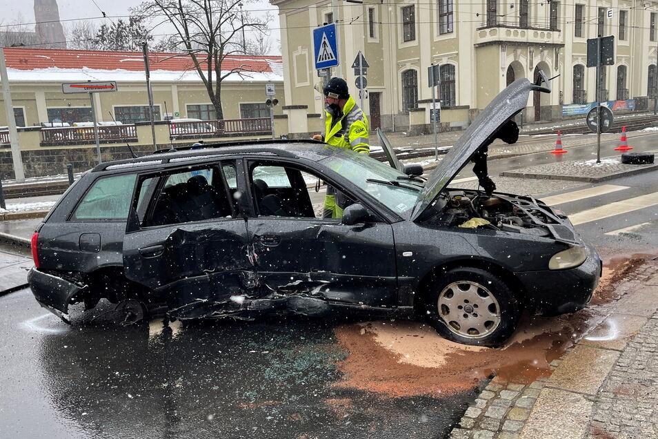 Ende einer Verfolgungsfahrt: Unter Drogen verursachte ein polnischer Autofahrer im Januar mitten in der Görlitzer Innenstadt einen Unfall. Er war auf der Flucht vor der Polizei, krachte mit seinem Auto beim Kreisverkehr am Görlitzer Bahnhof gegen eine Lat