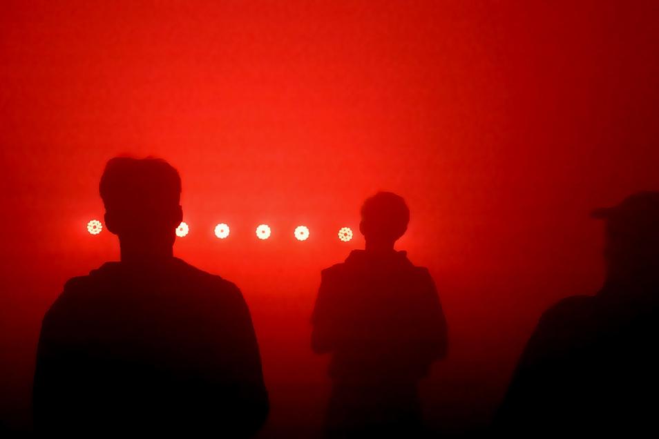 """Weiß noch jemand, wie es sich anfühlt, im Club zu tanzen? Dominic Kießling nennt sein """"Denkzeit""""-Projekt ironisch """"Nahcluberfahrung"""". Der Dresdner Künstler hat zum Soundtrack von Fjaak's """"Stay the f***k home inside"""" eineeine kurze Lichts"""