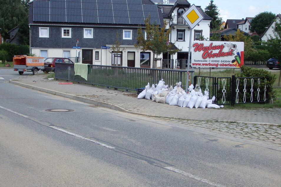 Am Sonntagmittag lagen in Neukirch die Sandsäcke wieder zum Abholen bereit.