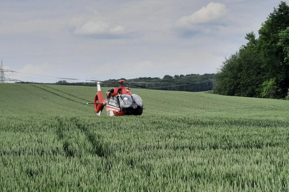 Der Traktorfahrer wurde bei dem Unfall nahe Crostwitz schwer verletzt und musste mit einem Hubschrauber in eine Klinik geflogen werden.