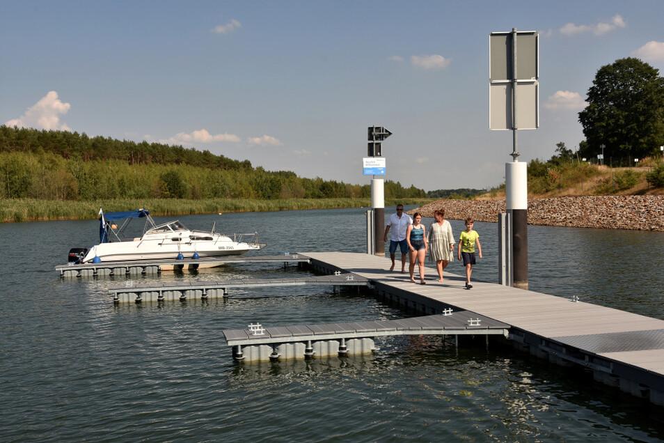 Eine Senftenberger Familie legte als Erste an – ihr Boot war vor wenigen Tagen das 50. gewesen, das seit Kanaleröffnung 2013 hier geschleust wurde.