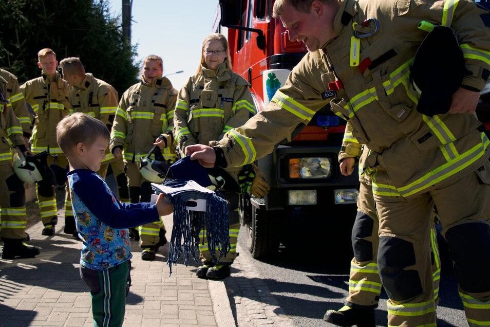 Die Feuerwehrleute von Weinböhla haben am Wochenende selbst genähte Behelfsmasken geschenkt bekommen.