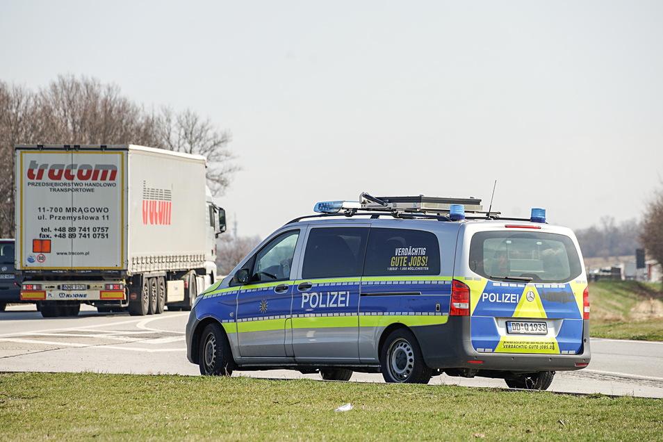 Die Autobahnpolizei kontrolliert regelmäßig den Verkehr auf der A4 im Landkreis Bautzen. Am vergangenen Wochenende musste sie zwei Schwerlasttransporte bei Burkau stoppen.