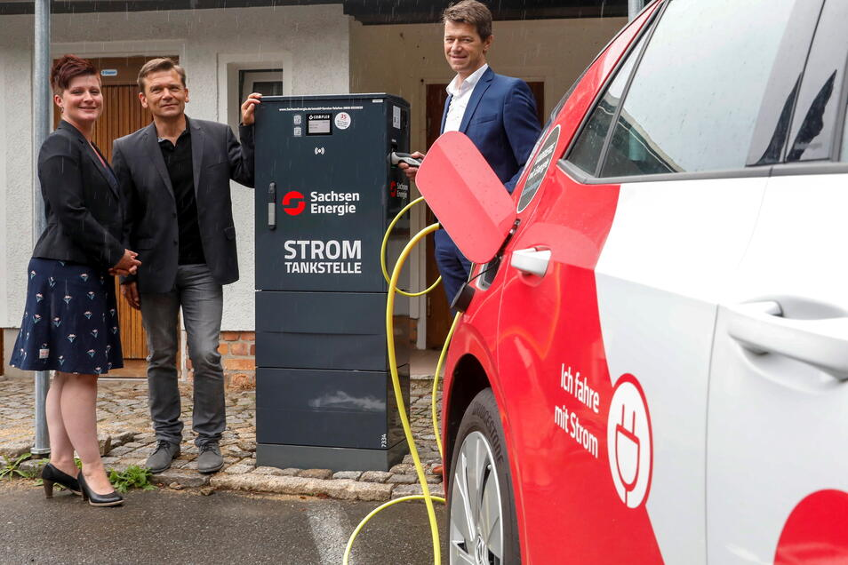 Jonsdorfs Bürgermeisterin Kati Wenzel sowie Gunnar Schneider und Gunther Herzig von der SachsenEnergie AG haben heute eine Stromtankstelle in Jonsdorf eingeweiht.