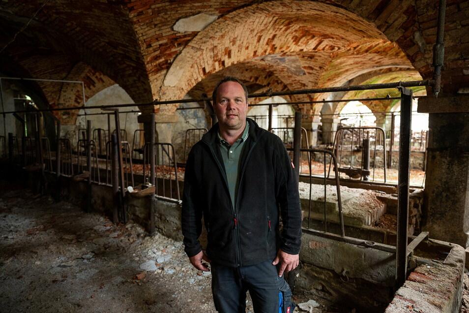 David Ledwon steht im alten Kuhstall. Hier könnte er sich ein Schwimmbad vorstellen. Die Mittelsäule würde im Wasser stehen.