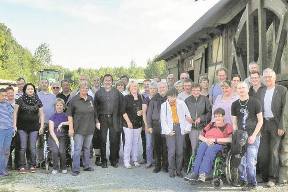 Gruppenbild mit Krabatmühle: Der Rotary Club Kamenz hat seit Jahren eine enge Partnerschaft mit der Behindertenwerkstatt St. Michael in Panschwitz-Kuckau. Jetzt ermöglichte man den Gehandicapten einen Besuch in Schwarzkollm. Gemeinsam errichtete man ein I
