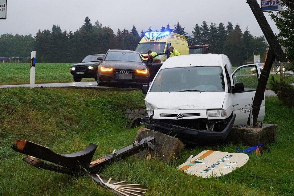 Der Citroen hat unter anderem das Schild der Gemeinde Oppach umgefahren.