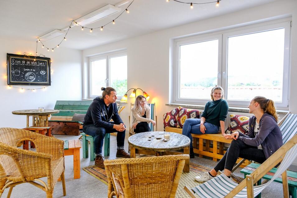 Für eine Besprechung haben Peter Heilsberg, Wiebke Freudenberg, Sarah Juhr und Jordan Zschieschack (v.l.n.r.) in der Sitzecke im Foyer zu den Seminarräumen Platz genommen.
