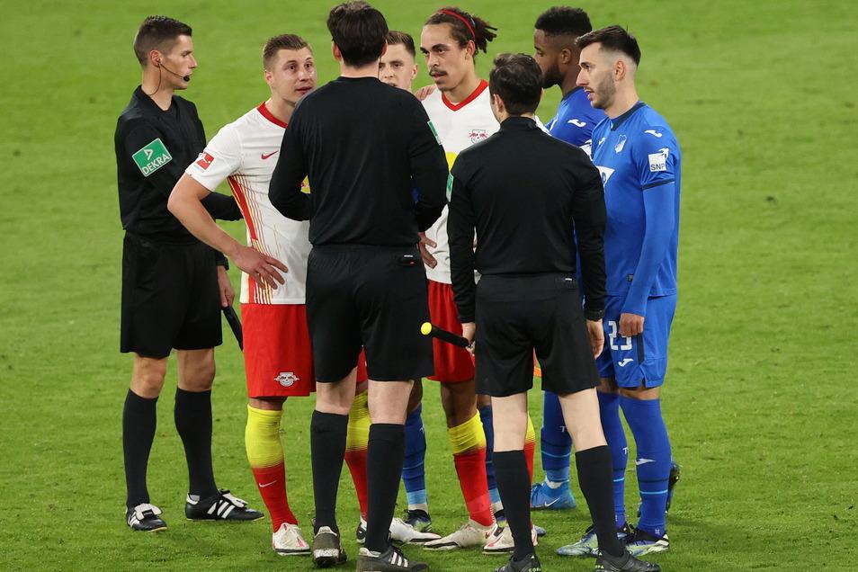 Schiedsrichter Manuel Gräfe (M) erklärt den Leipzigern Willi Orban (2.v.l) und dem vermeintlichen Siegtorschützen Yussuf Poulsen, warum der Treffer nicht zählt.