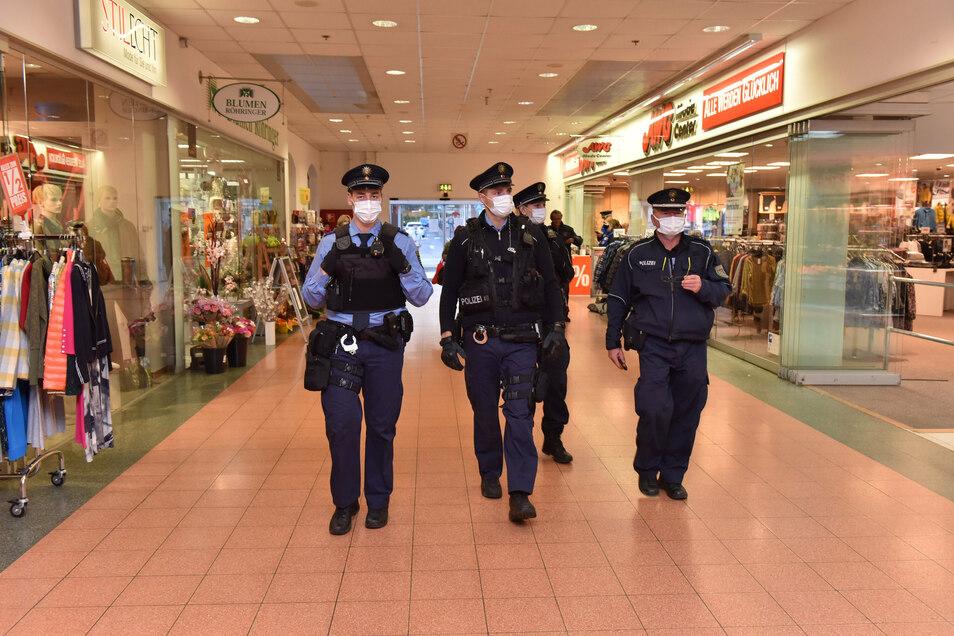 Kaum Kunden, dafür viel Polizei: Im Freitaler Weißeritzpark kontrollierten die Beamten die Maskenpflicht.