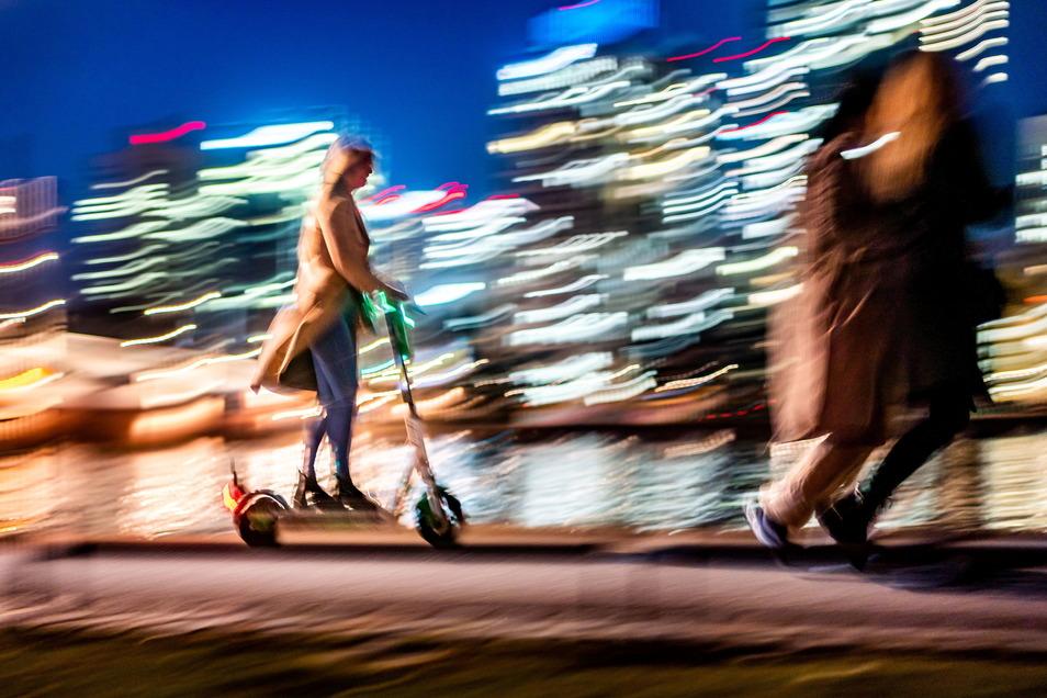 Begegnung der unheimlichen Art: Sind E-Scooter-Fahrer regelwidrig auf dem Gehweg unterwegs, kann es für Fußgänger gefährlich werden.