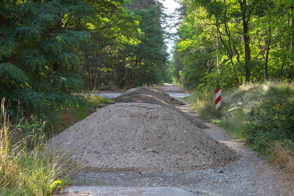 Mit dem Aushub der Wege im Krebaer Schlosspark sollen Waldwege bei Neudorf befestigt werden. Die Haufen sorgen dabei für Ärger.