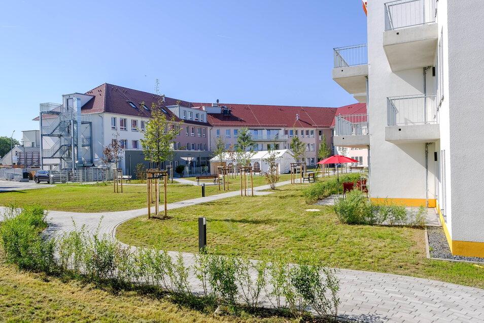 An der Straße Hofwall neu entstanden: ein großer Gebäudekomplex für pflegebedürftige Senioren und Mehrfamilienhäuser mit Zwei- und Dreizimmerwohnungen.