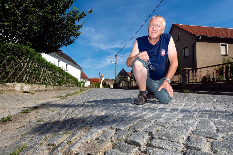Dietmar Kretschmer ist sauer, dass die Straße durch Kleinbautzen wieder nicht gebaut wird. Deshalb hat er jetzt an Ministerpräsident Michael Kretschmer geschrieben.