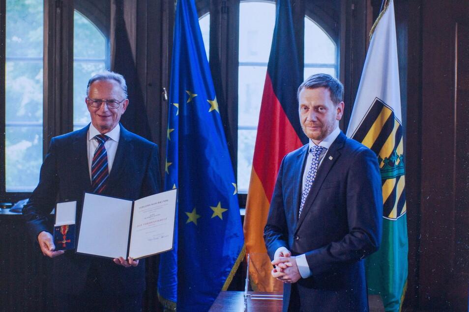 Im Juni übergab Ministerpräsident Michael Kretschmer (r.) Herbert Wagner den Verdienstorden.