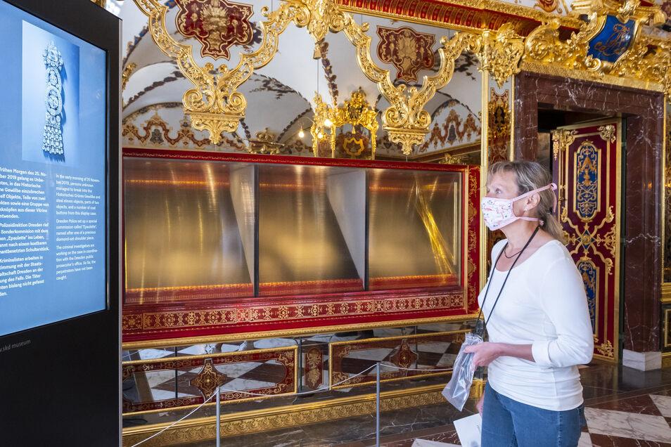 Regina aus Hamburg vor der Vitrine im Juwelenzimmer, die von den Dieben mit Axthieben zerstört wurde und aus der wertvolle historische Schmuckstücke entwendet wurden.