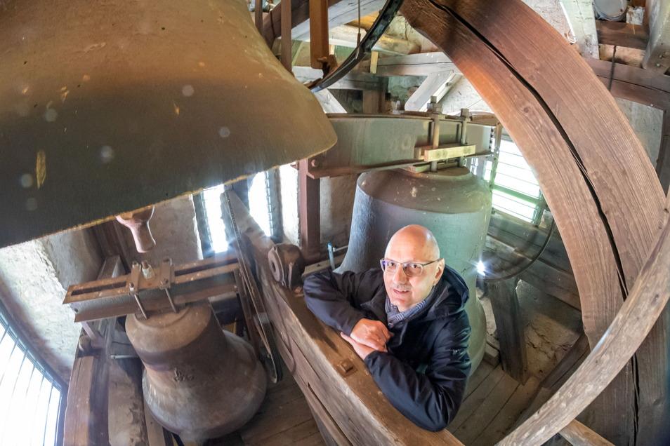 Pfarrer Helmut-Andreas Spengler hört innerlich schon alle drei Glocken im Kirchturm von Diehsa läuten. Die Reparaturen am Glockenstuhl sind finanziell abgesichert und der Auftrag ausgelöst.