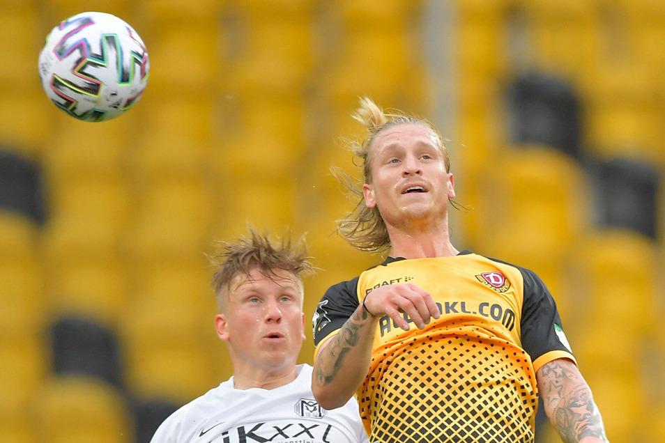 Der starke Marvin Stefaniak gewinnt ein Kopfballduell gegen Meppens Marcus Piossek. Dynamo führt mit 2:0.