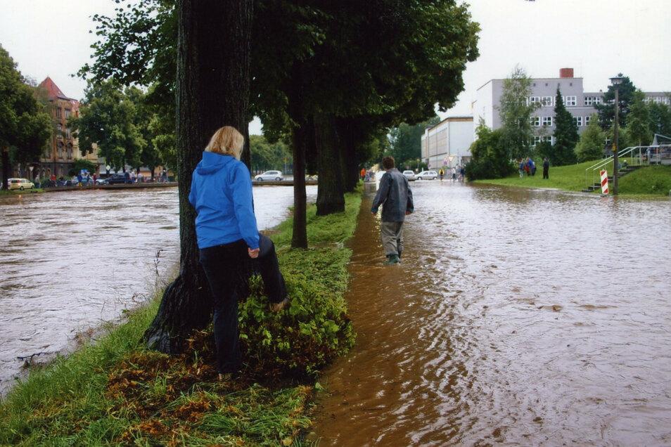 Die Schliebenstraße vor den Studentenwohnheimen und der Mensa stand komplett unter Wasser.