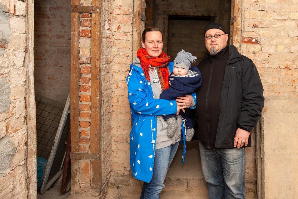 Annegret Keller und Theo Theodor mit ihrem Sohn Franz am Haus Braustraße 10c: Wenn es hart auf hart kommt, müssen wir Pirna verlassen.