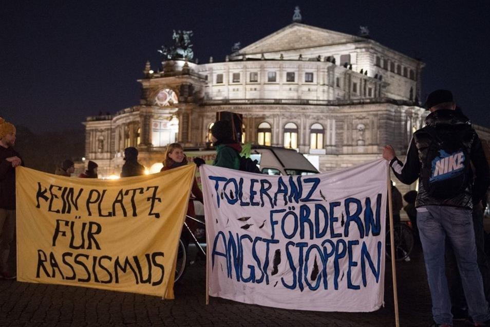 Pegida-Gegner am Montagabend auf dem Theaterplatz vor der Semperoper.