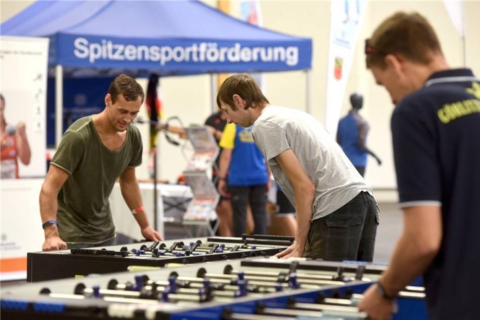 Auch wenn's nicht so anstrengend wie andere Sportarten, ist Kickern eine beliebte Freizeitbeschäftigung.  Der Görlitzer Verein Kickerking war mit mehreren Spieltischen auf der Messe.